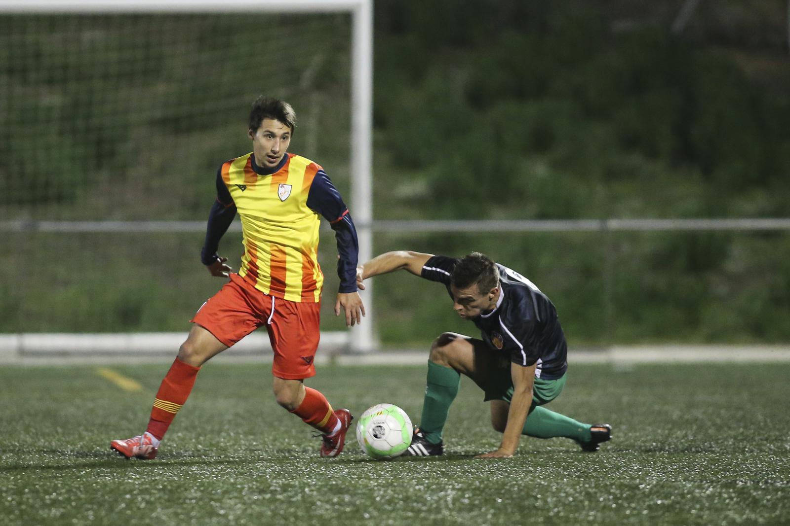Lucho, Lluitant Una Pilota Davant Un Jugador Del Combinat Català // FOTO: FCF